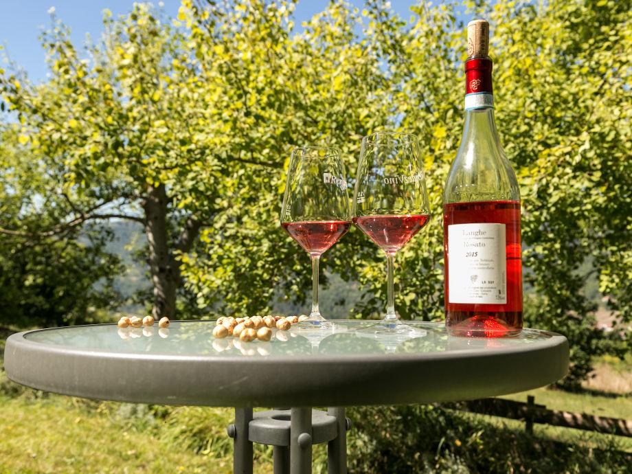 Im Garten einen Wein genießen