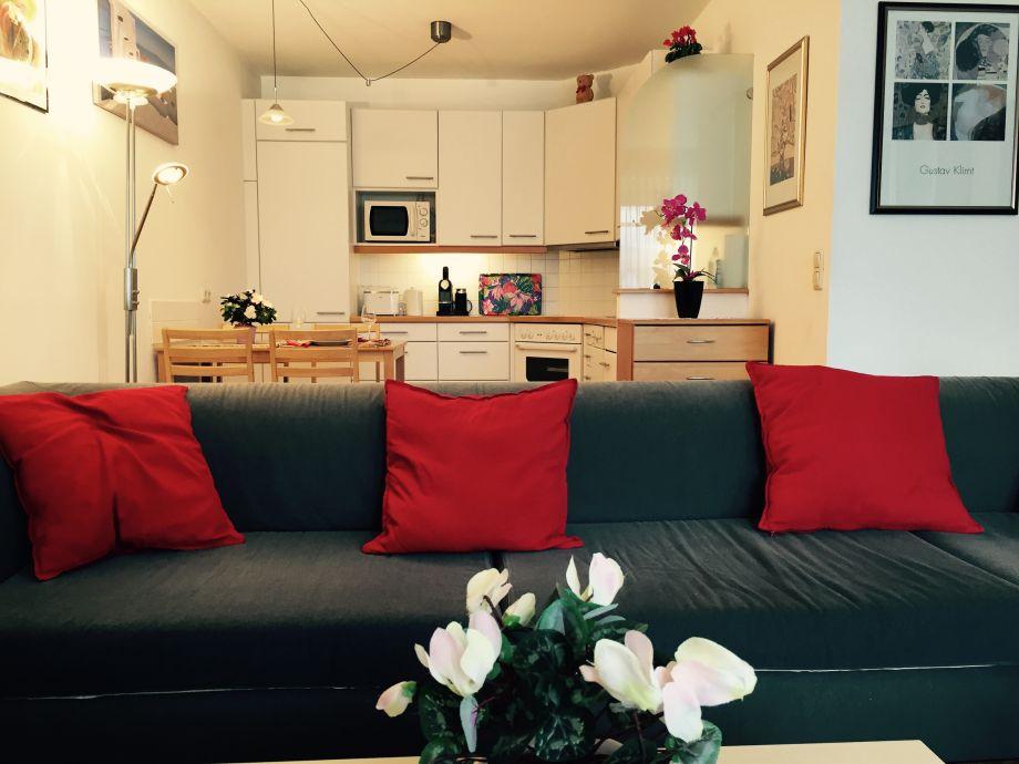 Küche mit Wohnzimmercouch