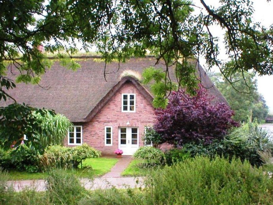 Romantische Reetdach-Haushälfte unterem Deich