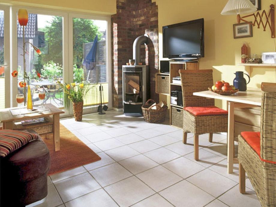 Gemütlicher Wohn- und Essbereich mit Ofen.