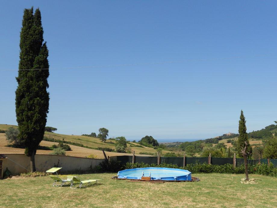 Meersicht mit Pool und Garten