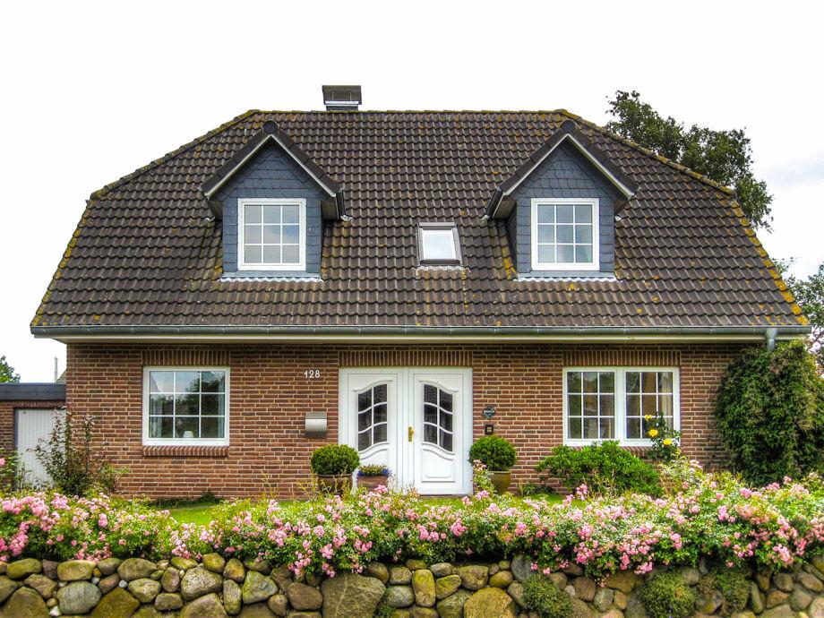 Das Ferienhaus mit Friesenwall und Rosenhecke