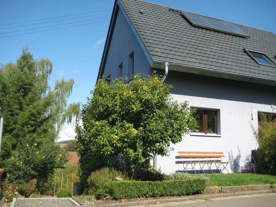Unser Haus mit Zugang links zur Ferienwohnung