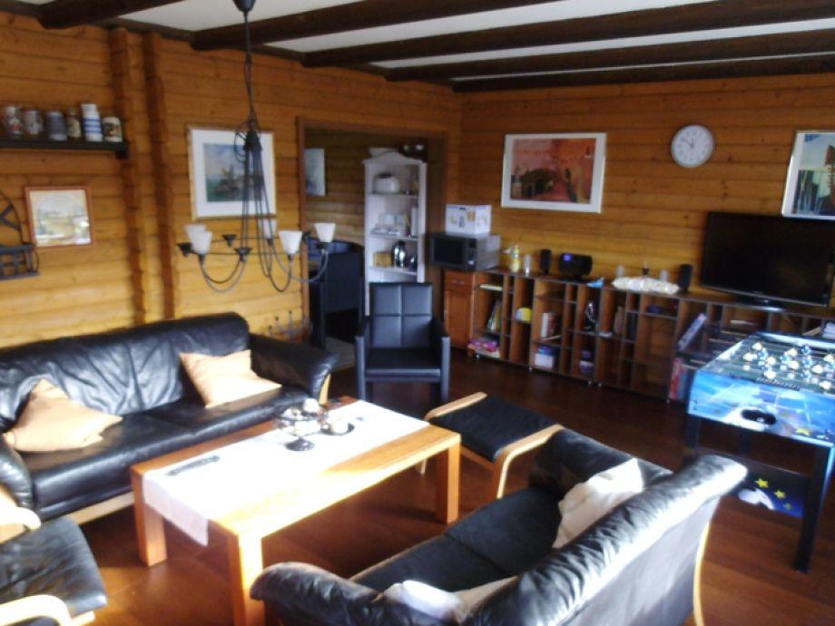 Wohnzimmer im Ferienhaus 68 mit Tischfußball und Bergblick