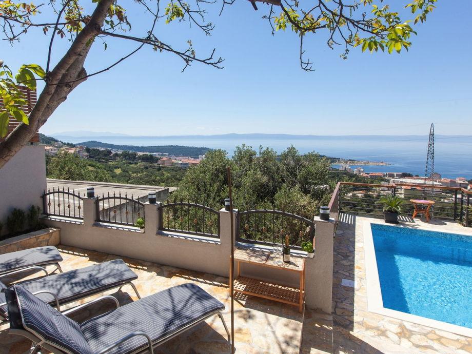 Terrasse mit Liegen und Meerblick