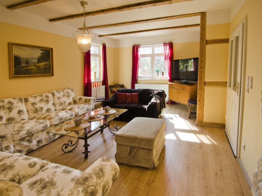 Wohnzimmer mit großem Flachbildschirm-Fernseher