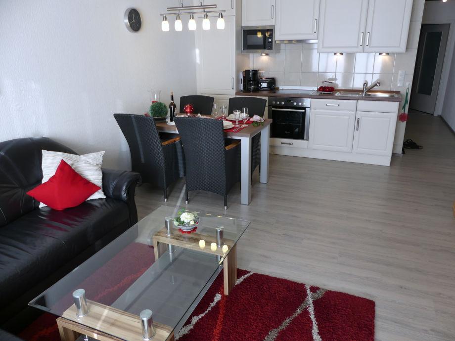 Wohnbereich mit integrierter Küchenzeile und Essbereich
