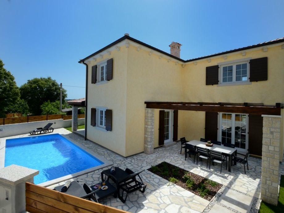 Blick auf die Villa und den Außenbereich