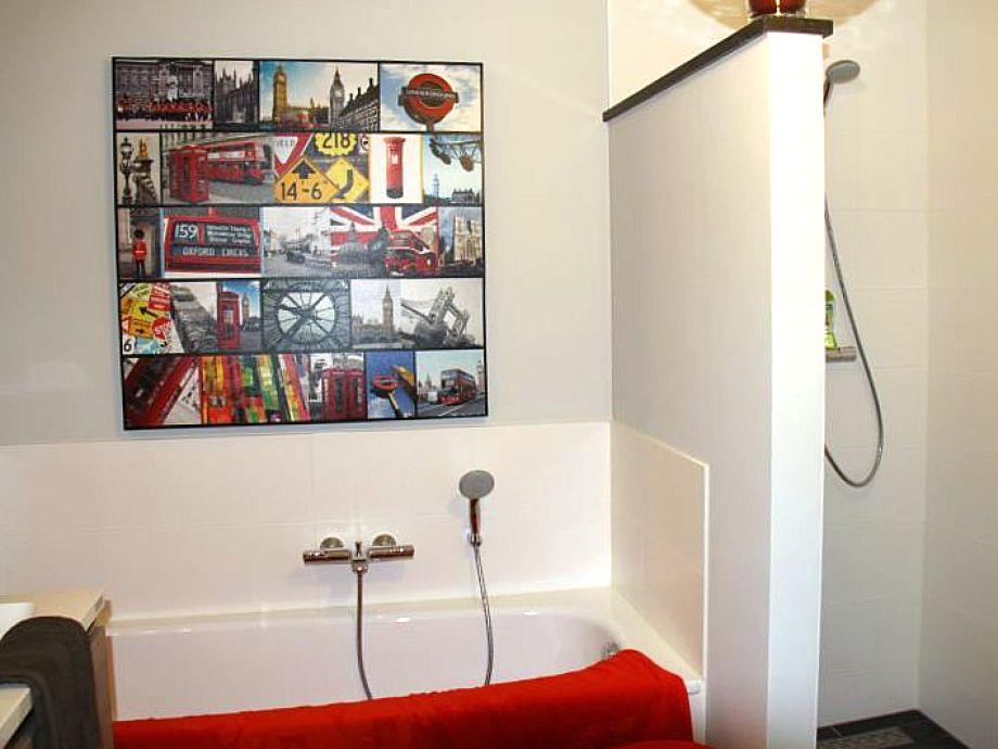 badewanne und dusche in einem kosten raum und m beldesign inspiration. Black Bedroom Furniture Sets. Home Design Ideas