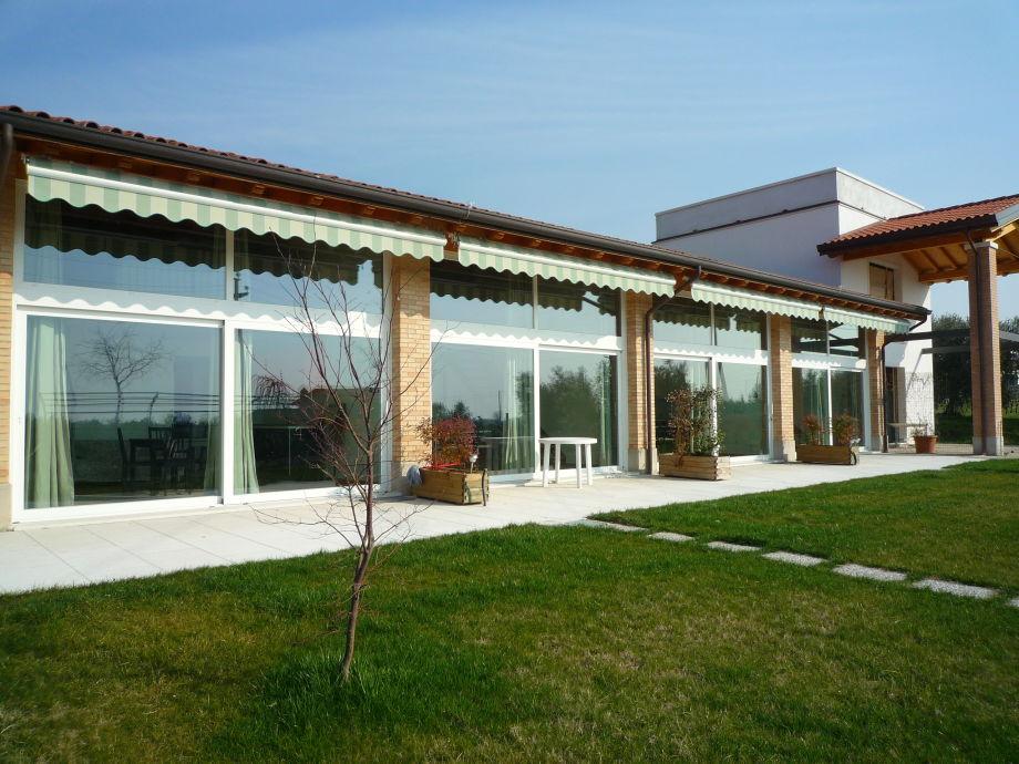 Ferienwohnung Raval mit großen Fenstern und Garten