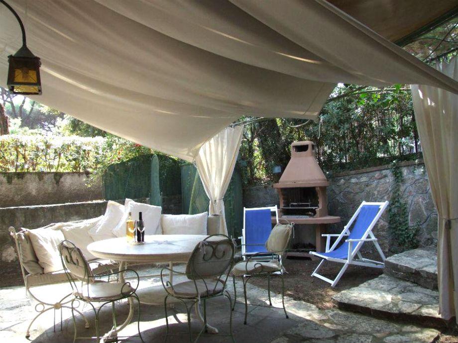 Schöne Terrasse, gemütlich mit Tüchern abgedeckt
