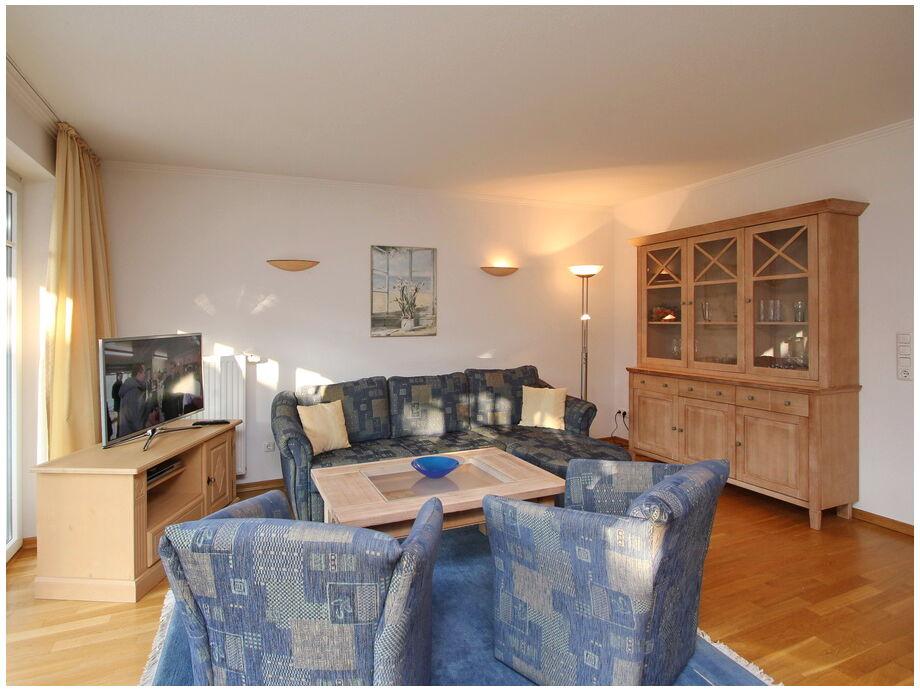 Das Wohnzimmer mit Couchbereich und Flatscreen- TV