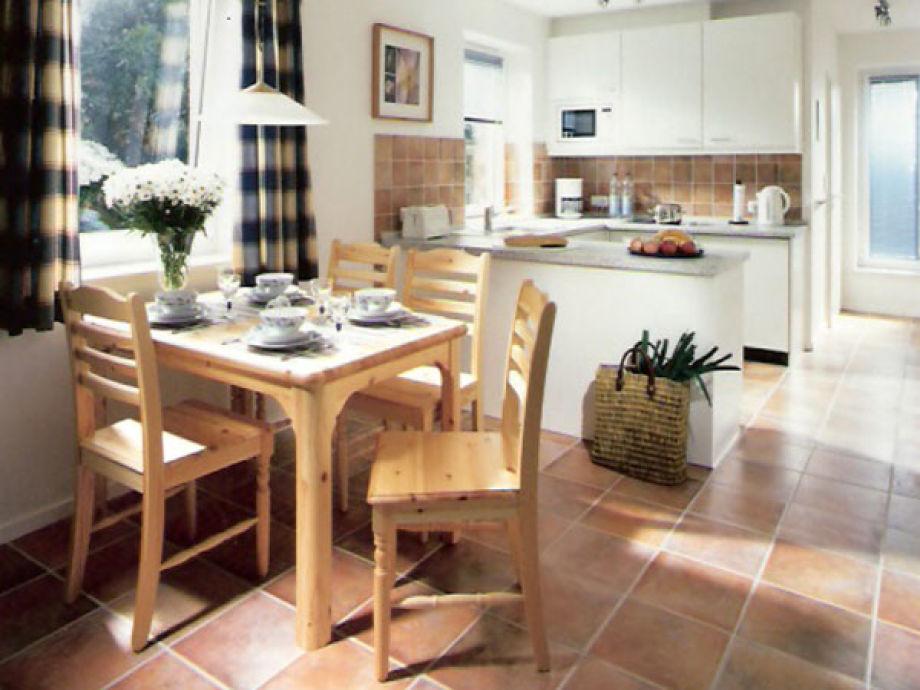 Blick in die offene Küche mit Essbereich