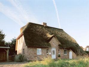 Ferienhaus im Dorf, links