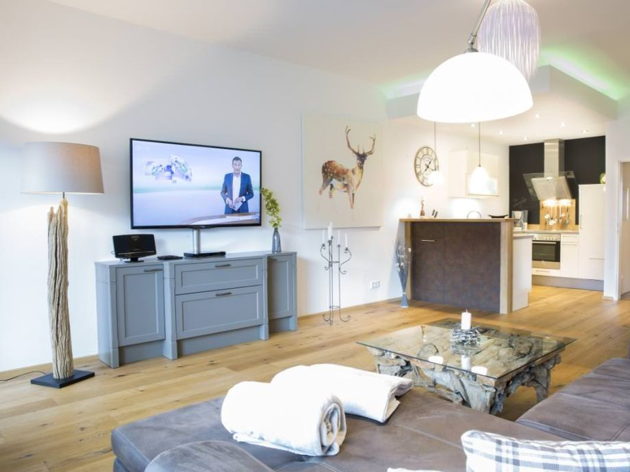 Wohnzimmer mit großem Falt TV