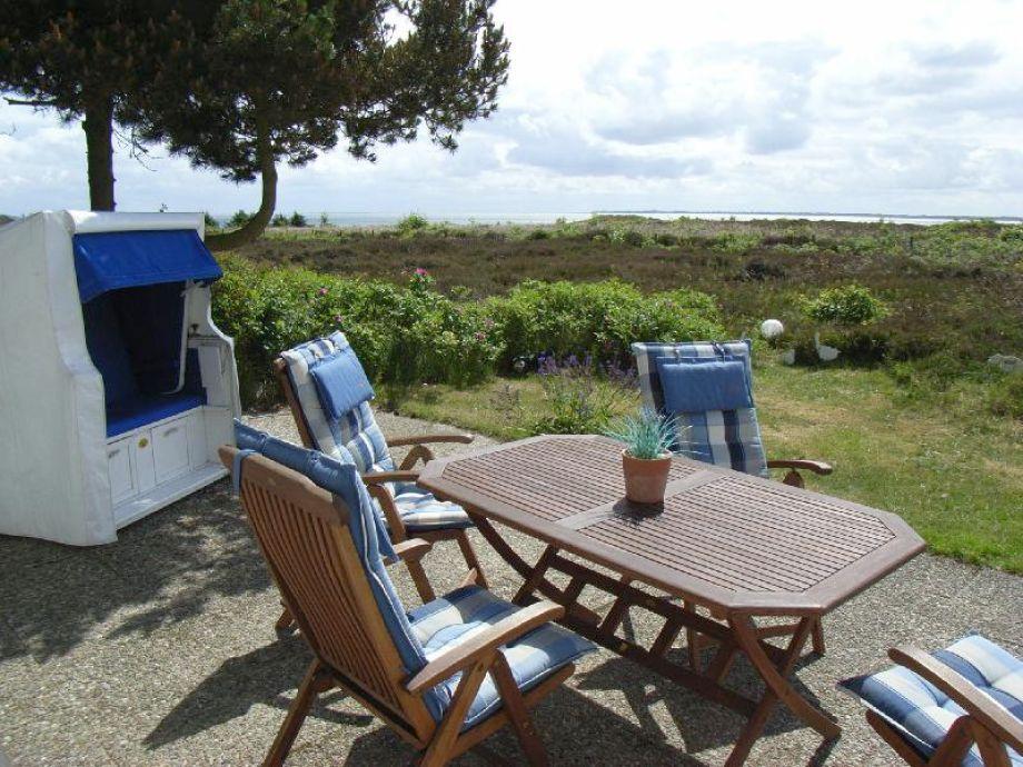 Hochwertige Gartenmöbel und Aussicht auf das Wattenmeer
