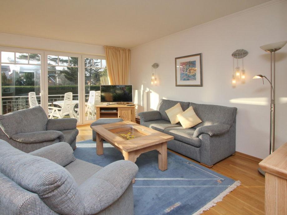 Die Couchgarnitur im Wohnzimmer mit Flatscreen- TV