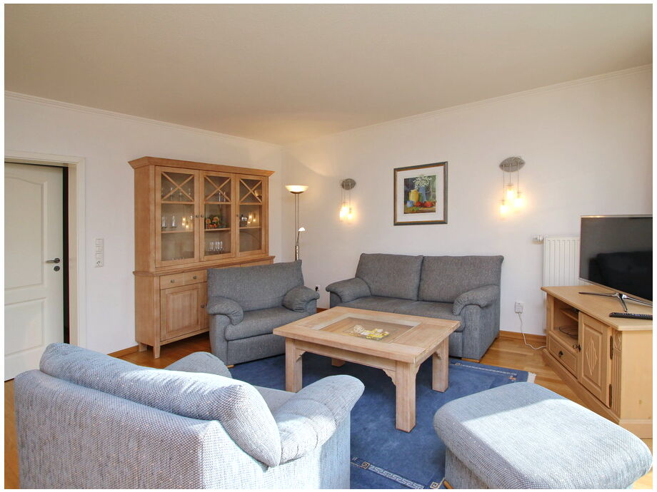 Das Wohnzimmer mit Couchgarnitur und Flatscreen- TV