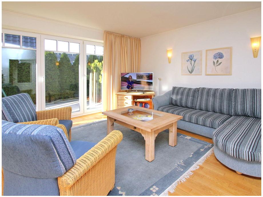 Der Couchbereich und Flatscreen-TV im Wohnzimmer