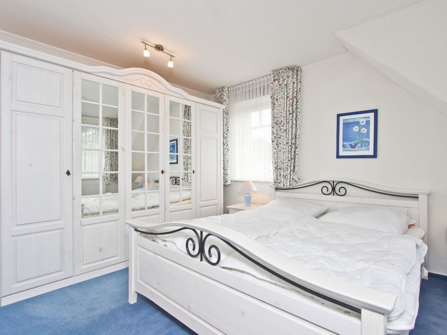 Schlafzimmer I mit Doppelbett und grossem Kleiderschrank
