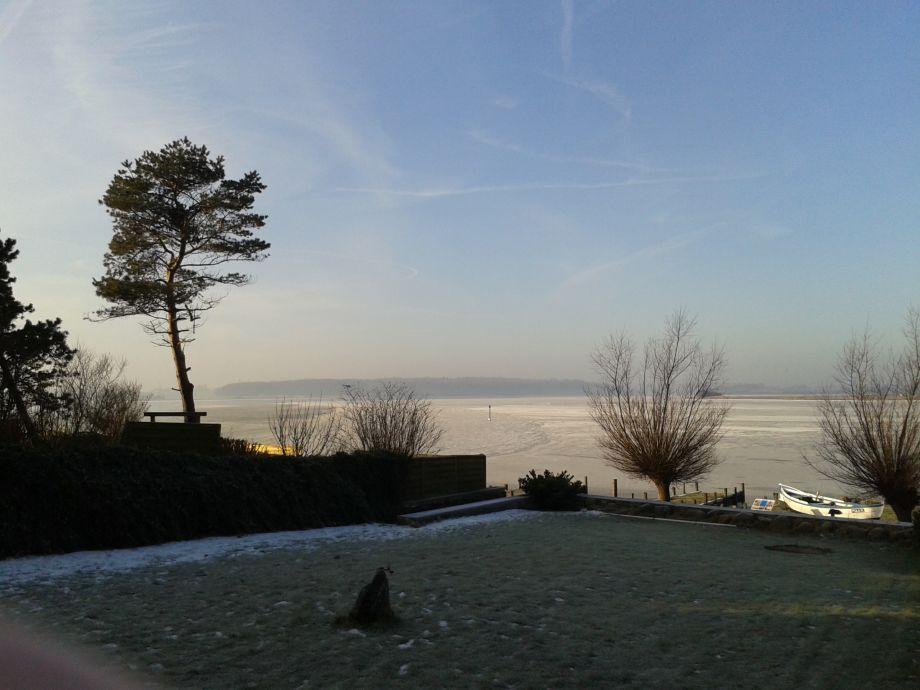 Winterbild mit Blick vom Grundstück auf die Schlei