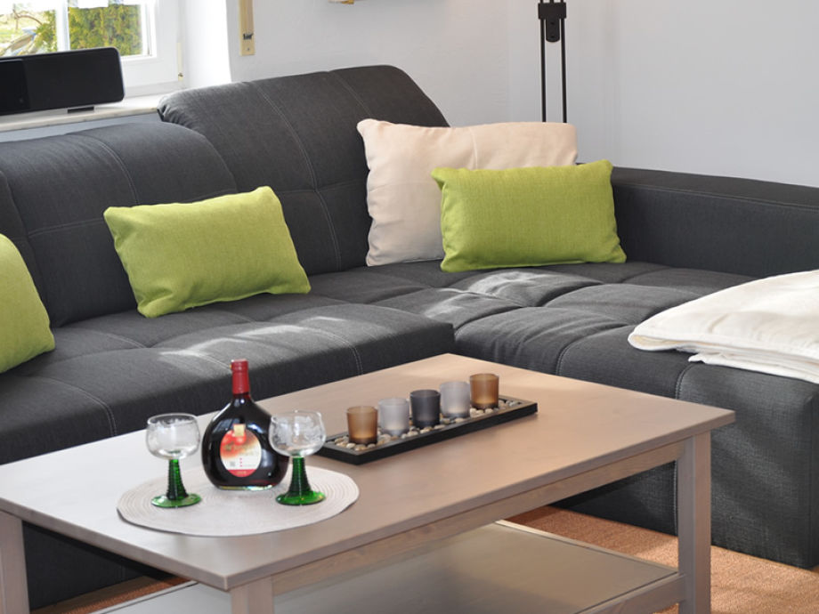 Die große, gemütliche Couch bietet ausreichend Platz