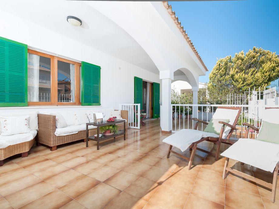 Terrasse mit Deck-Chair und Lounge-Möbeln
