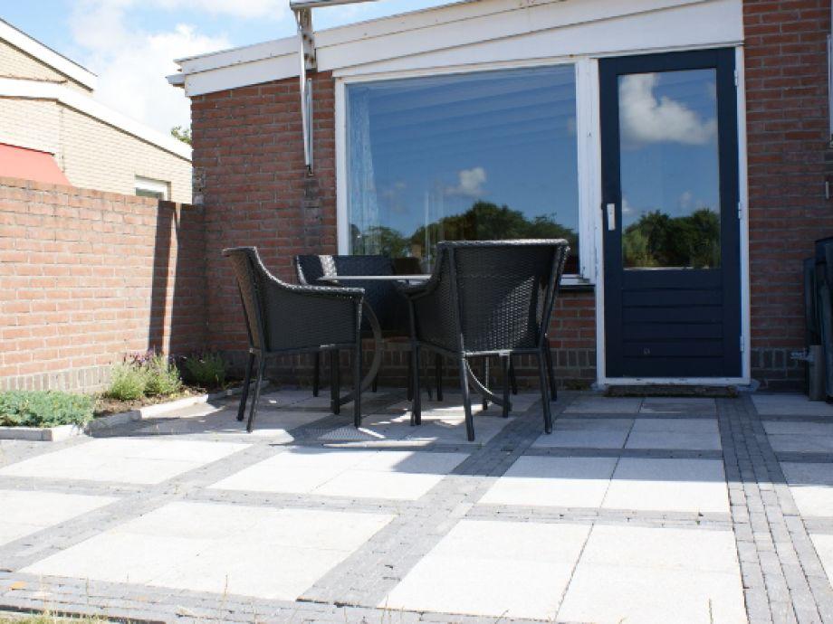Südwestlich ausgerichteten Terrasse mit Terrassenmöbel