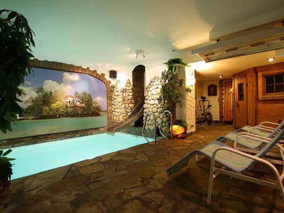 Wellnessoase mit Hallenbad und Sauna im Haus