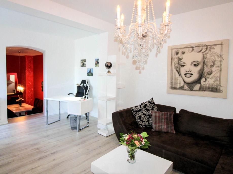 Wohnbereich mit bequemem Sofa