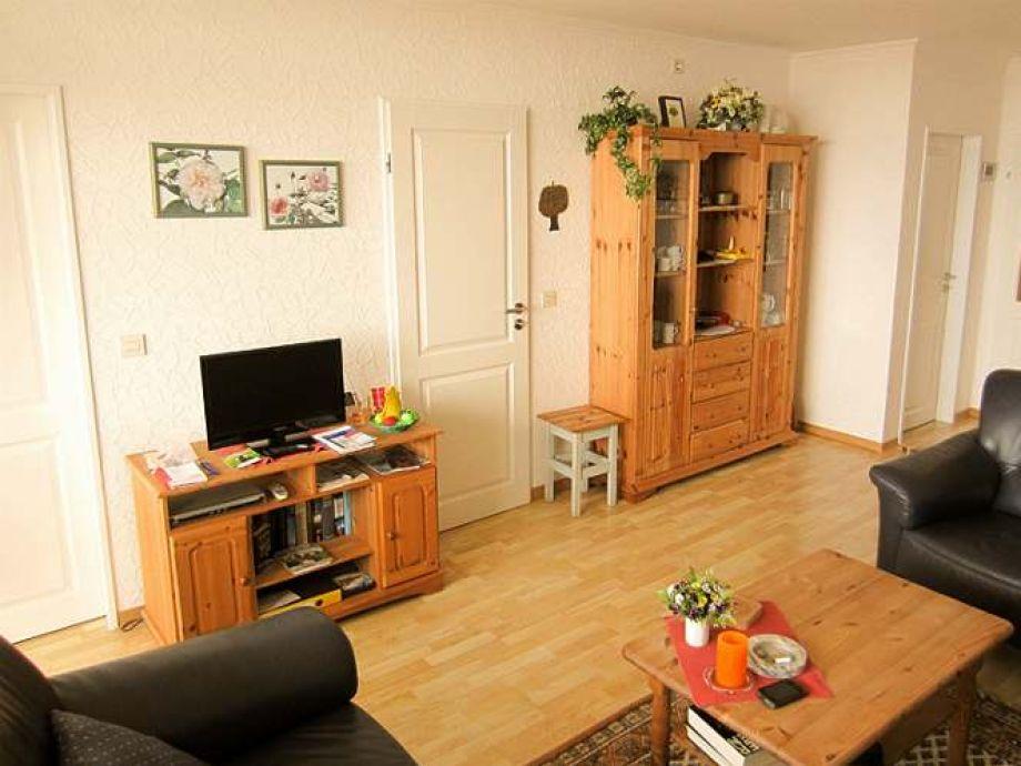 Das Wohnzimmer ist hell, luftig und weitläufig ein[...]