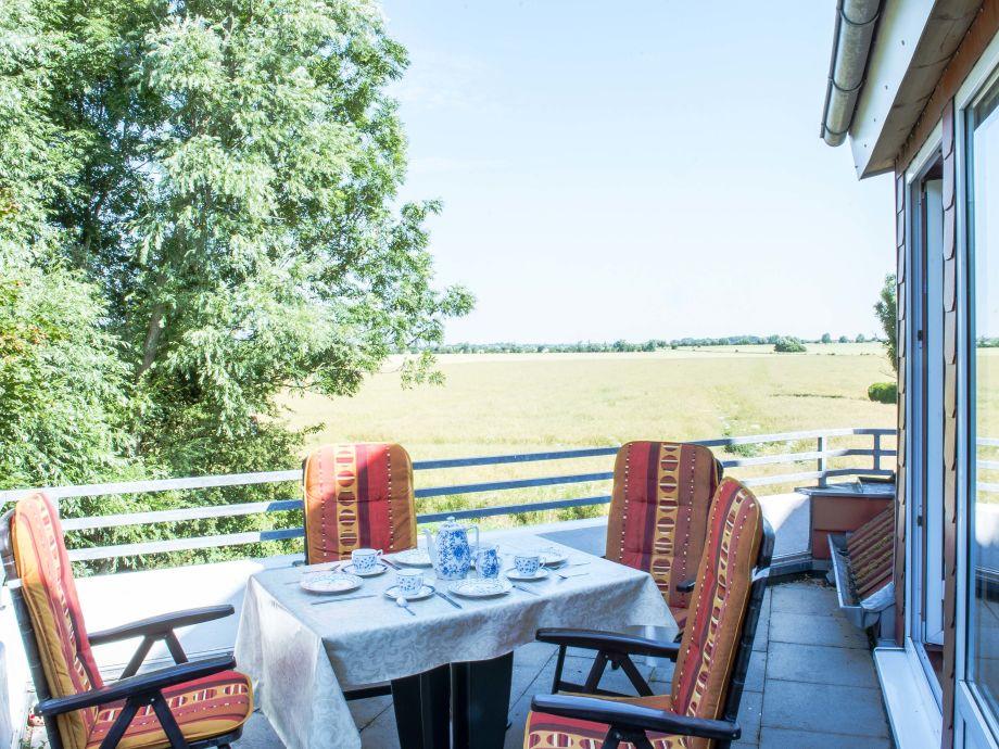 Balkon mit Blick über die Felder