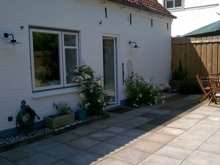 HintenTerrasse mit Gartenmöbel