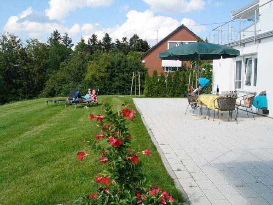 Terrasse und Garten am Waldrand