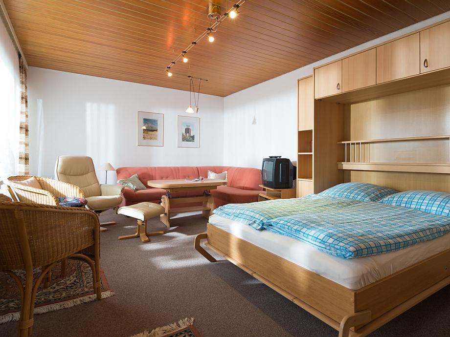 Schöner Wohnraum mit Schrankbett