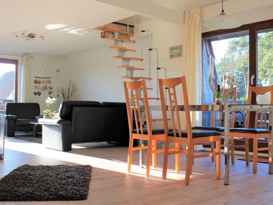 Wohnzimmer mit Essbereich mit Blick mit 2 Balkonen