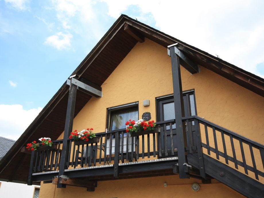 Eingang und Balkon der Wohnung