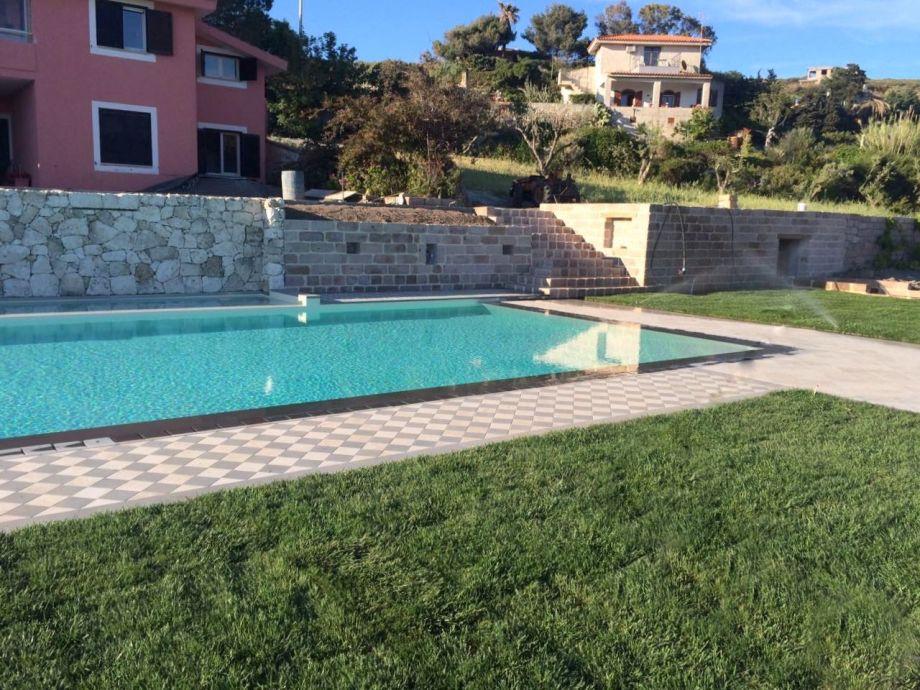 Der Pool liegt im Gartenbereich vor Bellezza