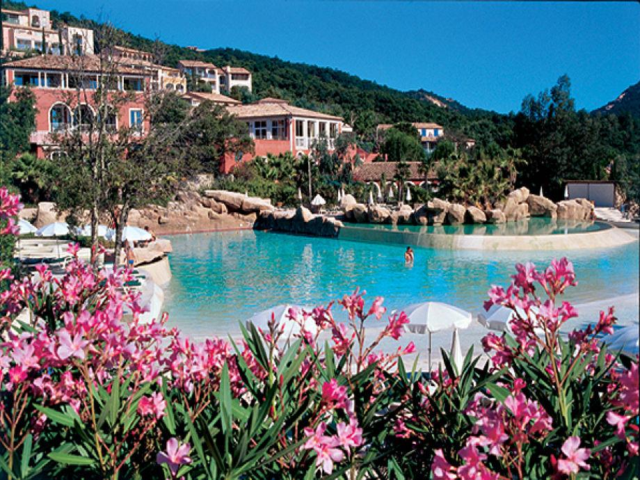 Ansicht Poolbereich Ferienanlage