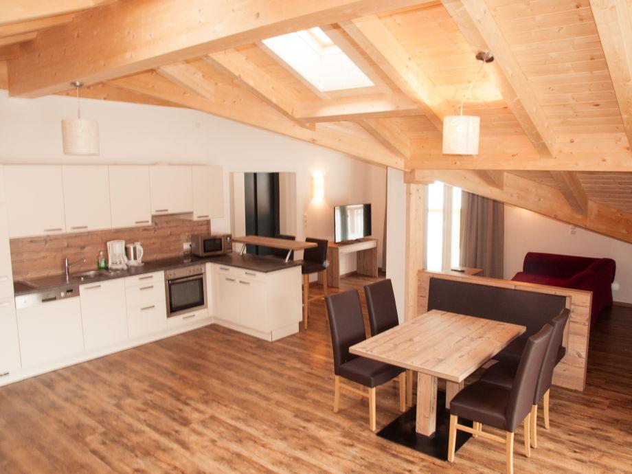 Küche/Bar und Esstisch in der Ferienwohnung TOP View 13