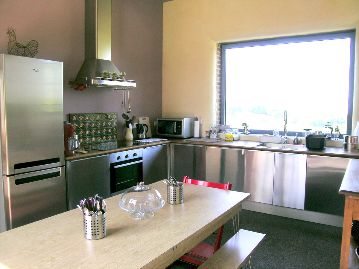 Moderne küche mit großem esstisch