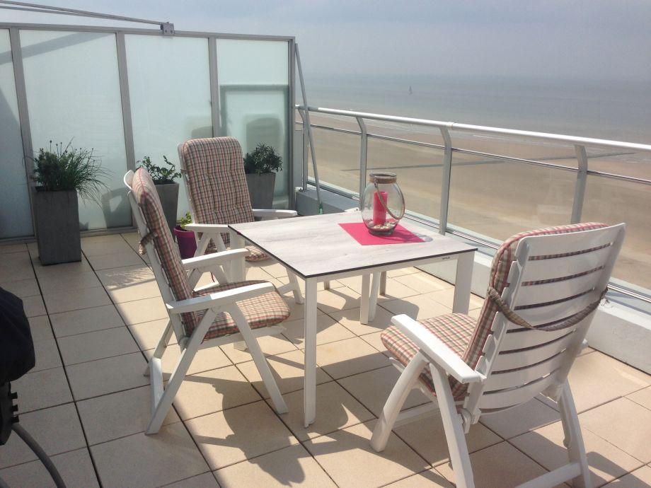 Sitzgruppe auf der Terrasse über dem Meer