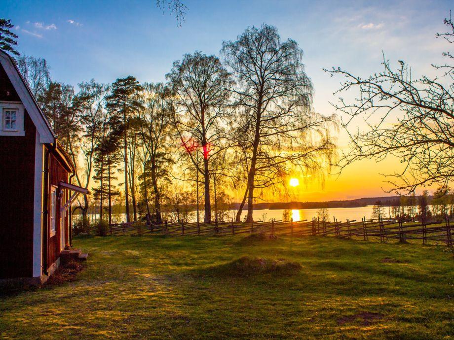 Sonnenuntergang am Ferienhaus über dem See