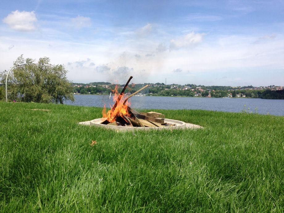 Feuerstelle im Garten mit Seeblick