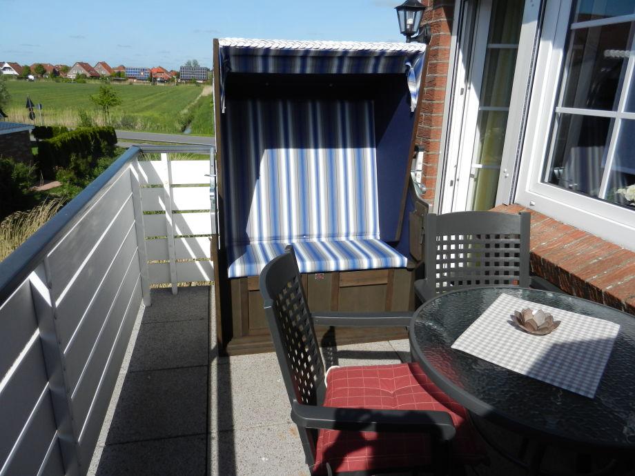 Balkon mit Strandkorb und Blick zum Nordseedeich