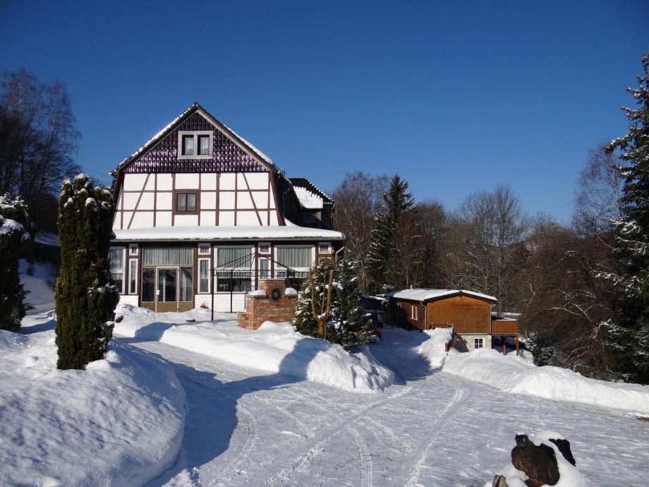 Ferienhaus u. Haupthaus im Winter