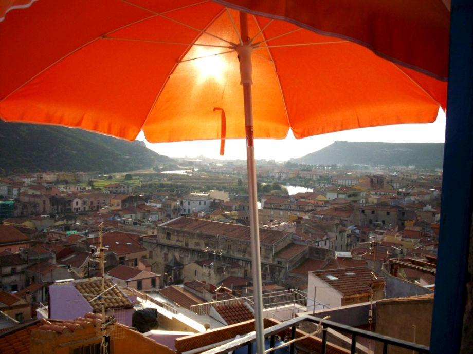 Schöner Blick vom Balkon über Bosa bis zum Meer