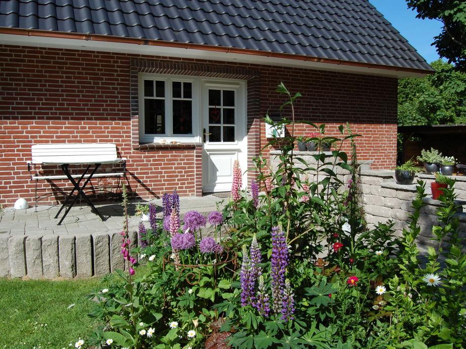 Hauseingang mit Blumenbeet