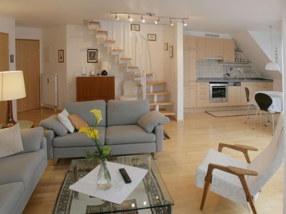 Wohnbereich mit Küchenzeile und Essbereich