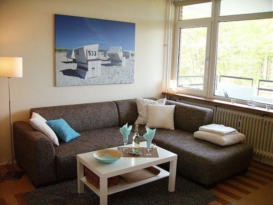 Wohnbereich mit Ecksofa und Schlafplatz für eine Person